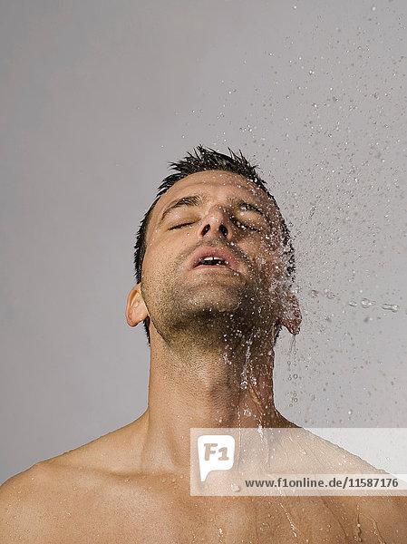Mit Wasser bespritzter Mann