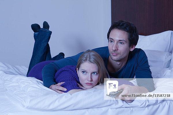 Paar im Bett beim Fernsehen
