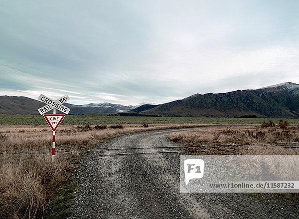 Bahnübergang entlang eines Feldweges