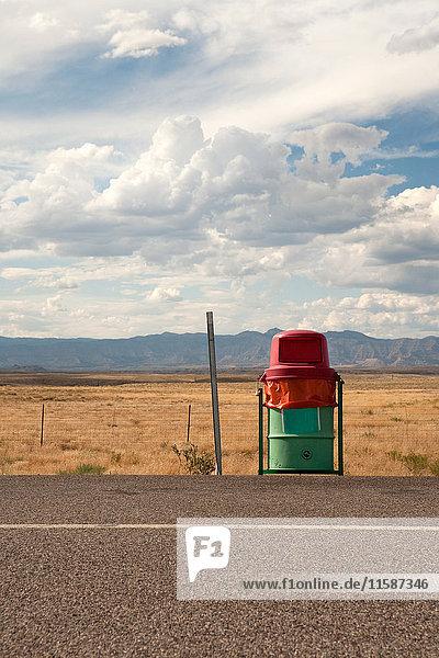 Mülleimer am Straßenrand  Utah  USA