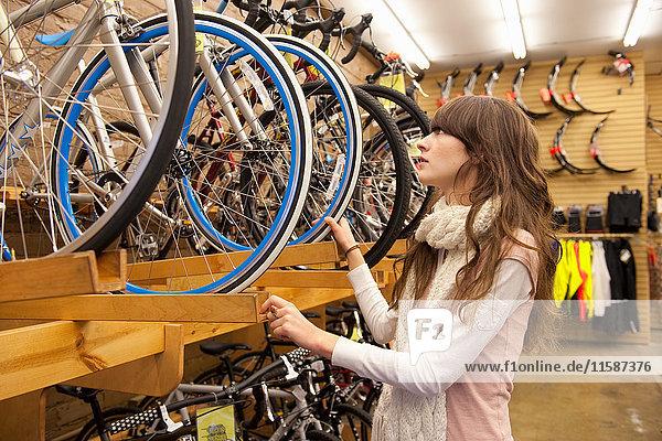 Frau kauft Fahrrad im Fahrradladen