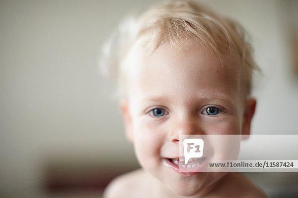 Nahaufnahme des lächelnden Gesichts eines Kleinkindes