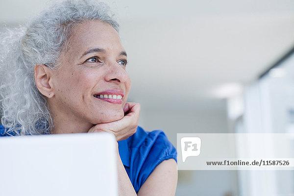Geschäftsfrau am Schreibtisch sitzend