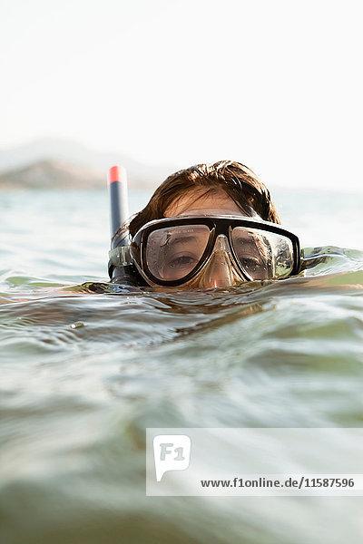 Frau mit Schnorchel im Wasser