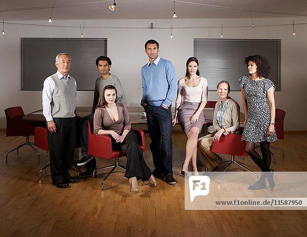 Gruppenporträt im Sitzungssaal