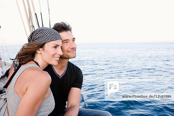 Paar  das an der Reling eines Segelbootes steht