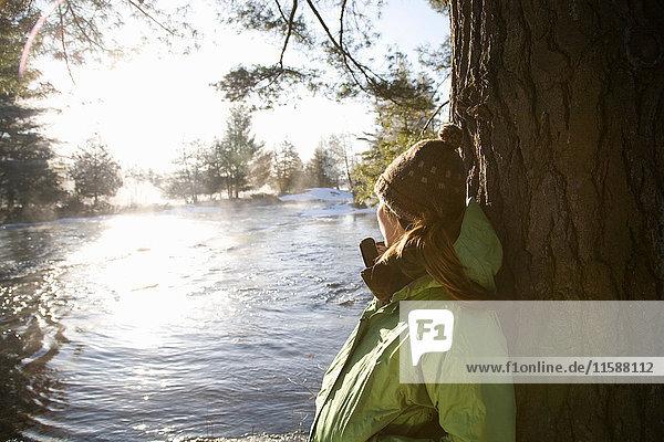 Frau im Freien in Winterlandschaft