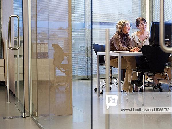 Geschäftsfrauen schauen auf Computer
