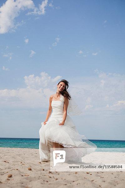 Braut  die am Strand spazieren geht