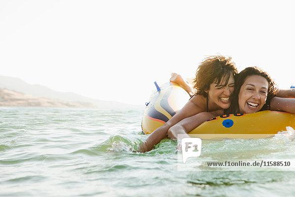 Frauen in Schlauchbooten im Wasser