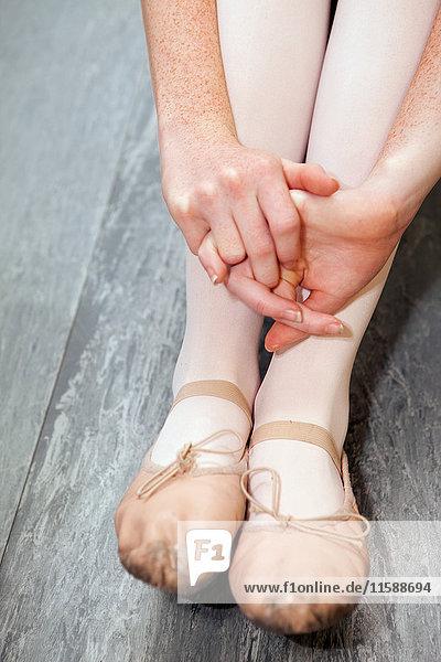 Balletttänzer auf dem Boden sitzend  Nahaufnahme