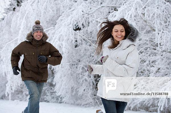 Ehepaar läuft im Schnee. Ehepaar läuft im Schnee.