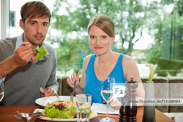 Ehepaar beim gemeinsamen Essen im Restaurant