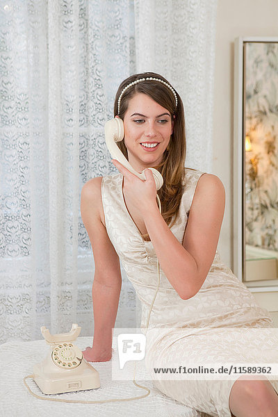 junge Frau am alten Telefon  lachend