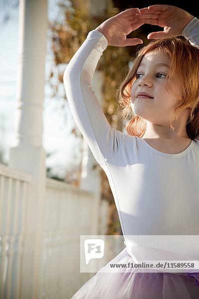 Mädchen tanzen im Ballettkostüm auf der Veranda