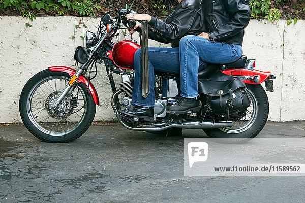 Älteres lesbisches Paar beim Motorradfahren