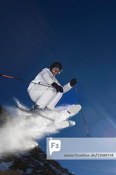 Skifahrer springt in die Luft. Skifahrer springt in die Luft.