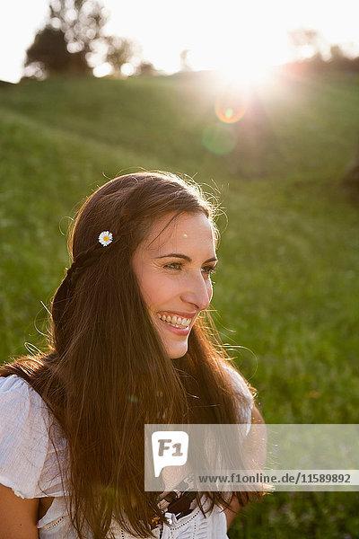 Lächelnde Frau mit Blume im Haar