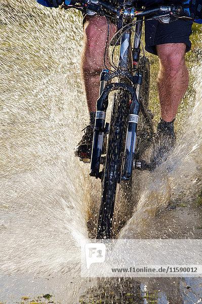 Mountainbiker fahren durchs Wasser. Mountainbiker fahren durchs Wasser.