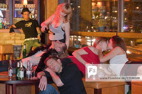 Gruppe von Menschen in einem Nachtclub  die sich herumtreiben