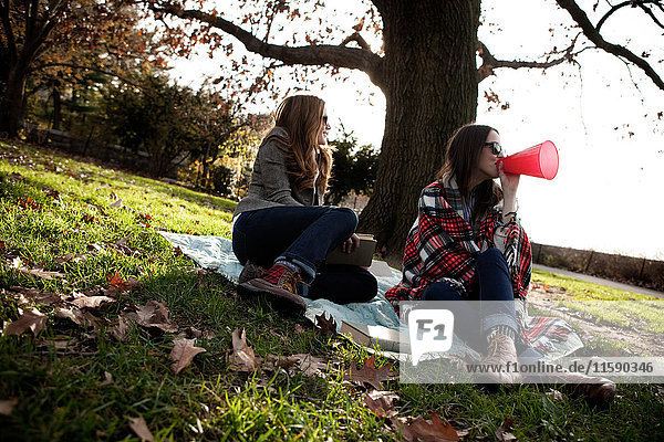 Mädchen feuern Freunde im Park an