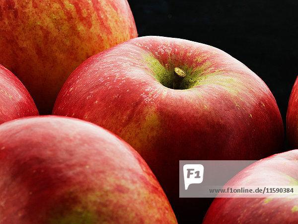 Ein Ausschnitt von einigen roten Äpfeln.