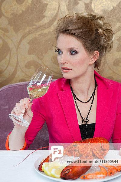 Frau mit Hummer im Restaurant