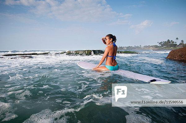Surfer vermessen Wellen am Strand
