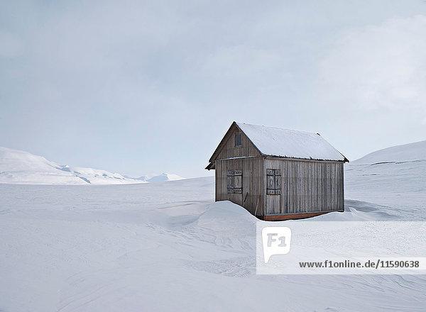 Haus im verschneiten Feld