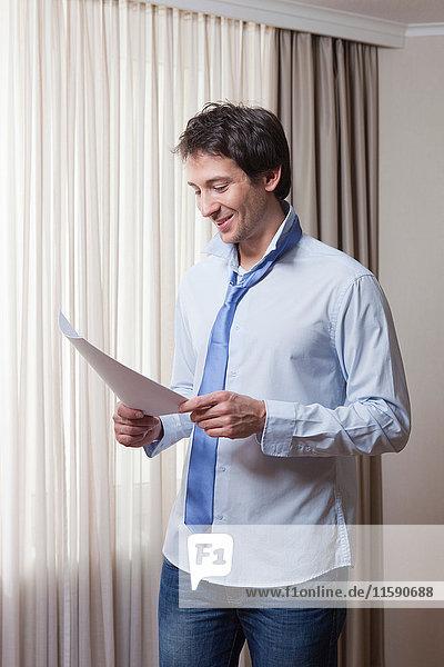 Mann mit Papier in der Hand  Lesen  Morgen