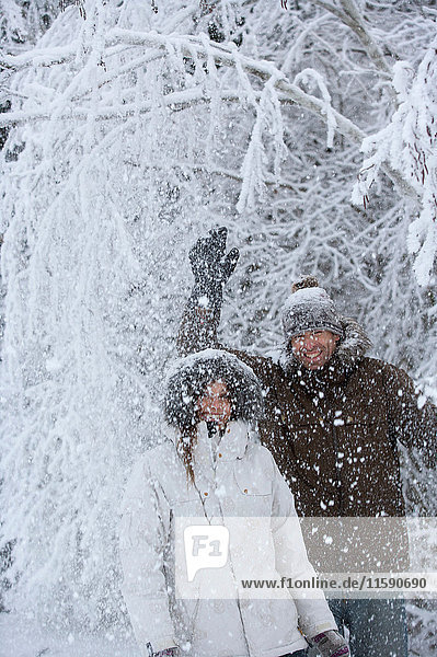 Ein Paar spielt im Schnee. Ein Paar spielt im Schnee.