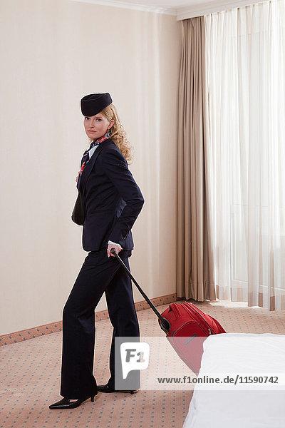 Stewardess im Hotelzimmer  kurz vor der Abreise