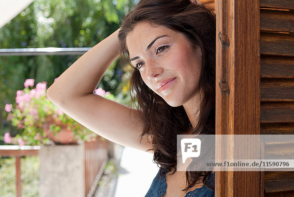 Frau betritt die Terrasse