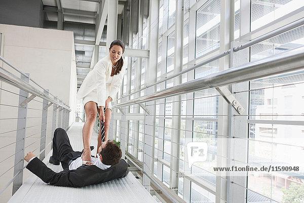 Geschäftsleute streiten auf dem Korridor