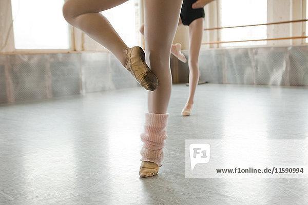 Zwei Balletttänzer wärmen sich auf