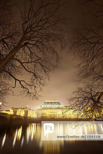 Prager Nationaltheater nachts beleuchtet