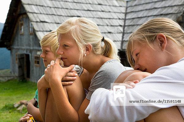 Mädchen und Junge auf der Hütte sitzend