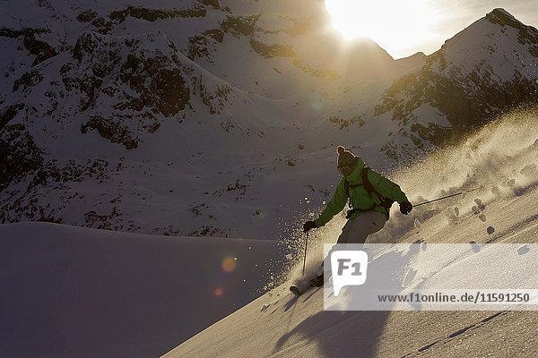 Skifahrer  der von der Piste abbiegt. Skifahrer, der von der Piste abbiegt.