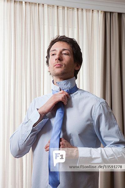 Mann justiert Krawatte  Morgen