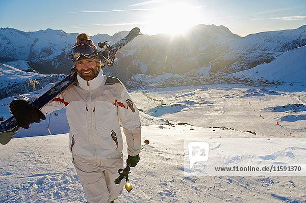 Porträt eines Skifahrers bei Sonnenuntergang. Porträt eines Skifahrers bei Sonnenuntergang.