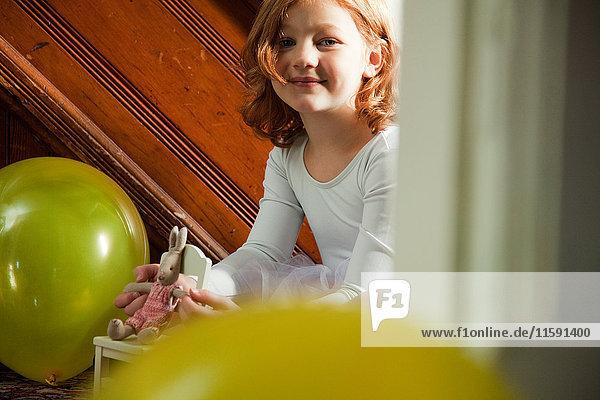 Porträt eines Mädchens mit Spielzeug und Ballons
