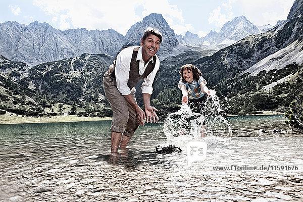 Plätschern eines Paares im See