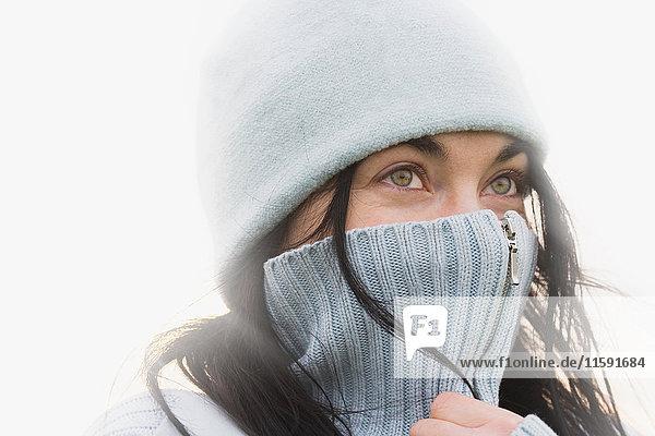 Frau  die sich warm hält