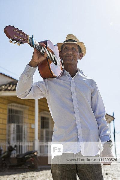 Kuba  Porträt eines Mannes mit Gitarre auf der Schulter