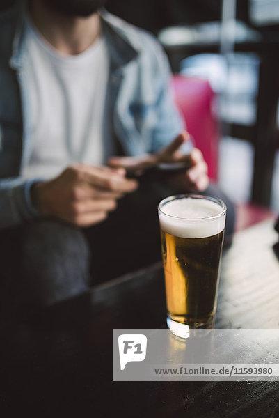 Glas Bier auf dem Tisch in einer Kneipe