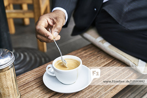 Mann im Café sitzend, Kaffee trinkend