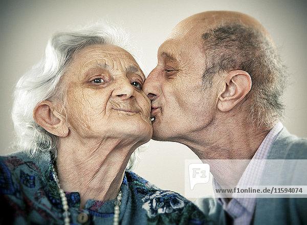 Porträt eines älteren Paares  küssend