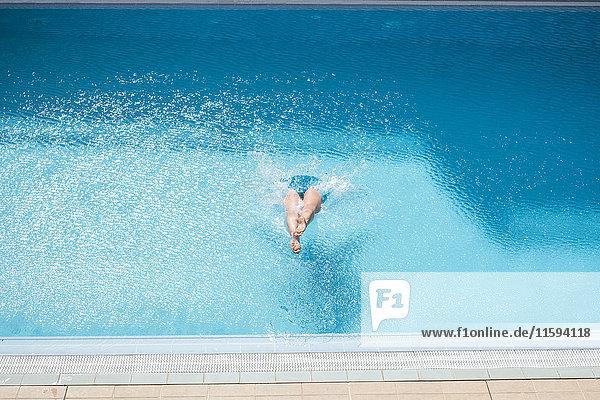 Frau beim Sprung ins Schwimmbad