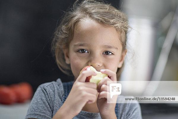 Kleines Mädchen beim Apfelessen