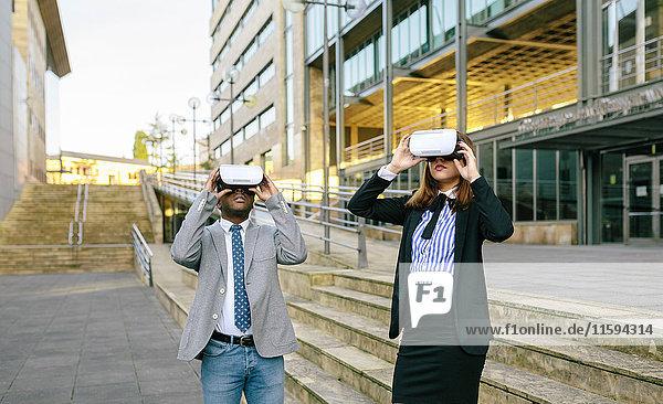 Junge Geschäftsleute mit VR-Brille